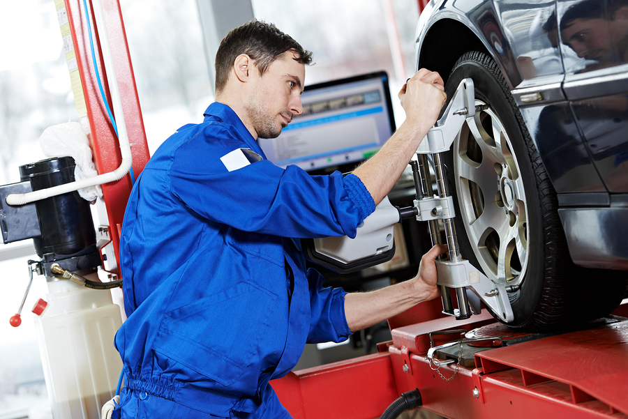wheel alignment tech