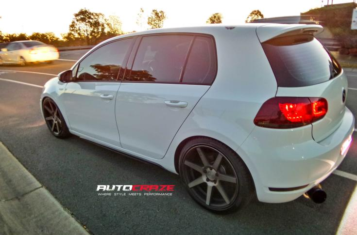 WHITE VOLKSWAGEN GOLF NICHE VERONA MATTE GUN METAL WHEELS REAR SHOT