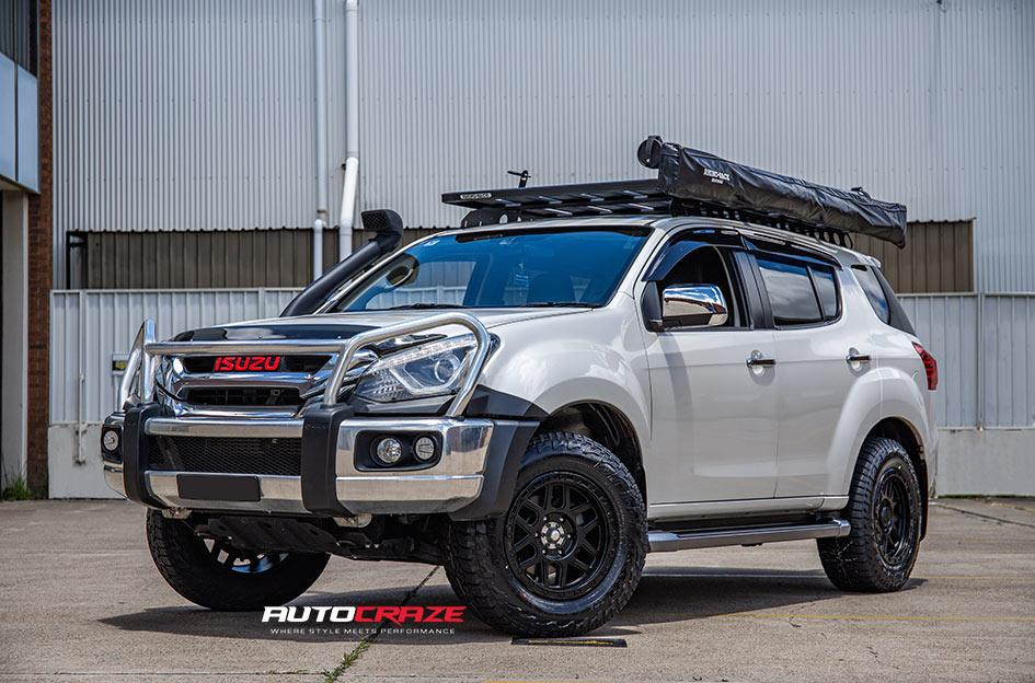 ISUZU MU X KM544 MESA SATIN BLACK GLOSS BLACK LIP