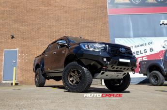 Toyota HILUX 4WD KICKER BRONZE CENTER BLACK LIP