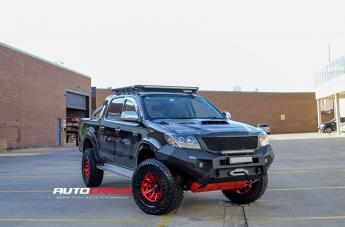 Toyota HILUX 4WD COVERT CANDY RED BLACK LIP
